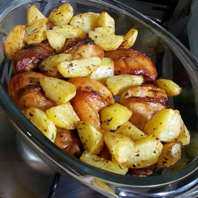 Frango Assado com Batatas Com Maionese para esse final de semana, é uma ótima receita e deliciosa. Uma forma diferente e irresistível este frango,