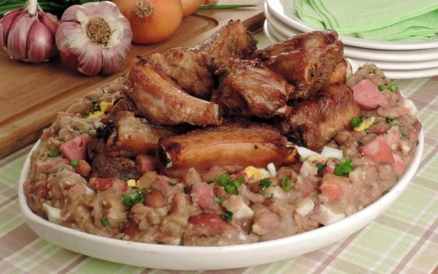 Tutu de Feijão com Costelinhas de Porco - Qualquer um, em uma fase da vida, traz na lembrança um sabor caipira, como uma receita preparada